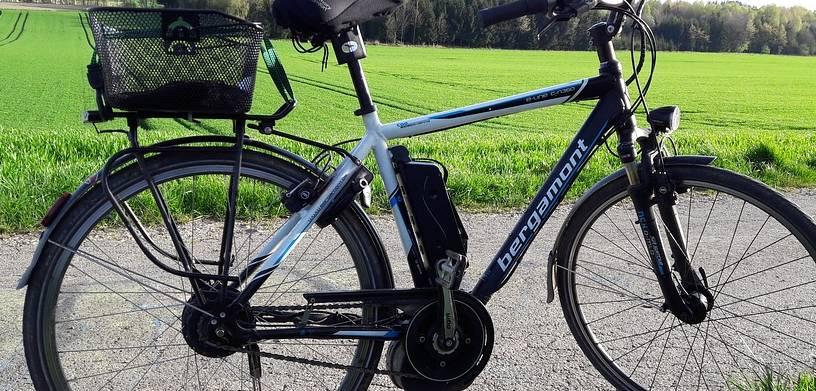 elektryczny rower na trasie